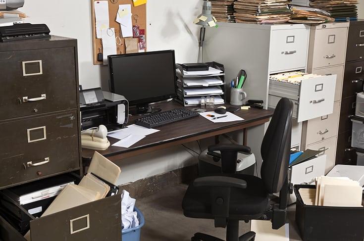 Evitare di posizionare la scrivania rivolta verso il muro